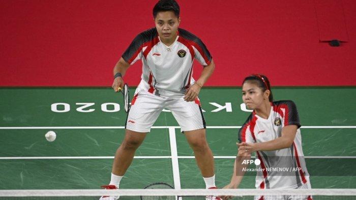Greysia Polii dari Indonesia (kiri) melakukan pukulan di sebelah Apriyani Rahayu dari Indonesia dalam pertandingan penyisihan grup bulu tangkis ganda putri melawan Chloe Birch dari Inggris dan Lauren Smith dari Inggris selama Olimpiade Tokyo 2020 di Musashino Forest Sports Plaza di Tokyo pada 26 Juli 2021.