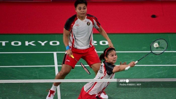 Greysia Polii (kanan) dari Indonesia melakukan pukulan di sebelah Apriyani Rahayu dari Indonesia dalam pertandingan perempat final bulu tangkis ganda putri melawan Li Yinhui dari China dan Du Yue dari China selama Olimpiade Tokyo 2020 di Musashino Forest Sports Plaza di Tokyo pada 29 Juli 2021.