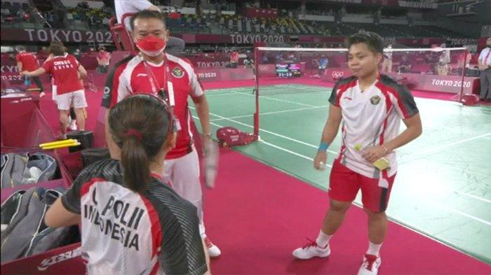 Pelatih sedang menasihati pasangan ganda putri Indonesia, Greysia Polii/Andriyani Rahayu saat selesai babak pertama pada pertandingan final Olimpiade, Senin (2/8/2021).