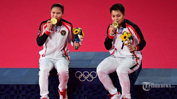 Atlet Indonesia Apriyani Rahayu (kanan) dan Greysia Polii Indonesia berpose dengan medali emas bulu tangkis ganda putri mereka pada upacara selama Olimpiade Tokyo 2020 di Musashino Forest Sports Plaza di Tokyo pada 2 Agustus 2021. (Pedro PARDO/AFP)