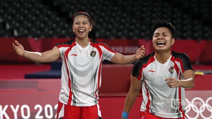 Apriyani Rahayu dari Indonesia dan Greysia Polii dari Indonesia (kiri) merayakan kemenangannya setelah memenangkan pertandingan final bulu tangkis ganda putri melawan Jia Yifan dari China dan Chen Qingchen dari China pada Olimpiade Tokyo 2020 di Musashino Forest Sports Plaza di Tokyo. Senin (2 Agustus 2021). (Alexander NEMENOV/AFP)