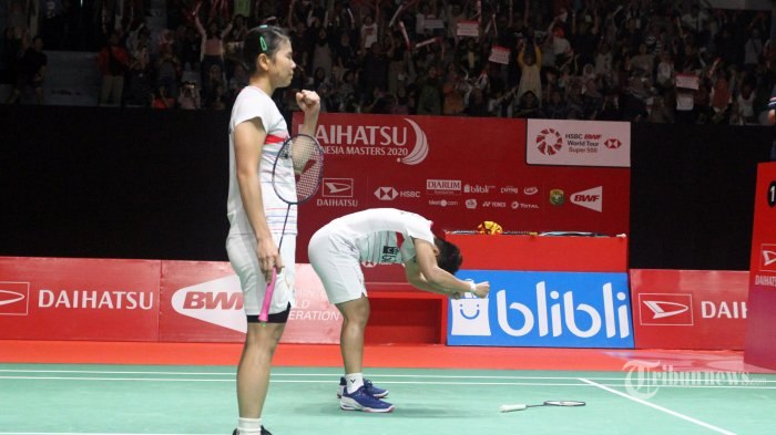Ganda putri Greysia Polii/Apriyani Rahayu saat melawan ganda Korea pada pertandingan semifinal Indonesia Masters 2020, di Istora Senayan, Sabtu (18/1/2020). Greysia/Apriyani berhasil mengalahkan pasangan Korea dua set langsung dengan skor 21-19 21-15 dan melaju ke final. TRIBUNNEWS/HERUDIN