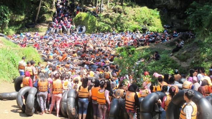 Ribuan Wisatawan Kecewa Harus Antre Masuk Gua Pindul