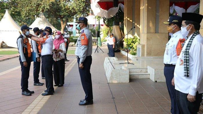 Gubernur Anies Baswedan dalam upacara pencopotan 8 anggota PJLP Dinas Perhubungan DKI Jakarta yang terbukti melanggar ketentuan PPKM Darurat, di Balai Kota DKI, Jakarta Pusat, Jumat (9/7/2021).
