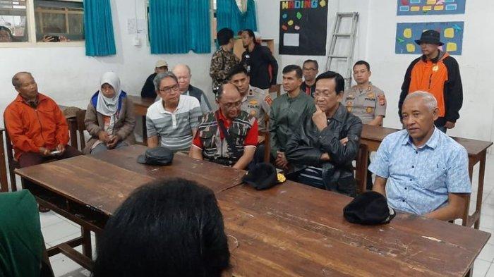 Gubernur DIY Sri Sultan Hamengkubuwono X mendengarkan paparan soal hanyutnya ratusan siswi SMPN 1 Turi.