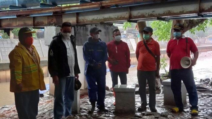 Anies Baswedan Tinjau Kolong Jembatan yang Pernah Dikunjungi Risma
