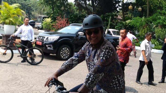 Gubernur Anies Baswedan Ajak Jajaran Pemprov DKI Bersepeda di Hari Batik Nasional
