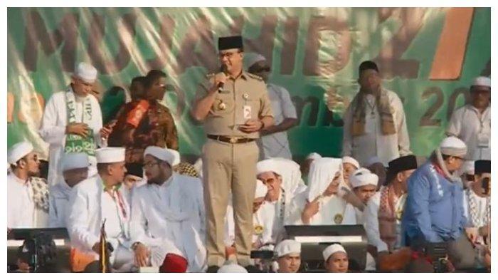 Gubernur DKI Jakarta Anies Baswedan memberi sambutan dalam Reuni 212 di Monas, Senin (2/12/2019).