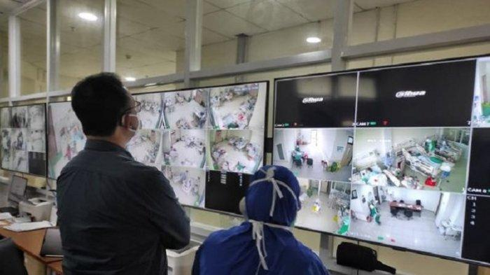 Gubernur DKI Jakarta Anies Baswedan berdiri di depan layar tv 111