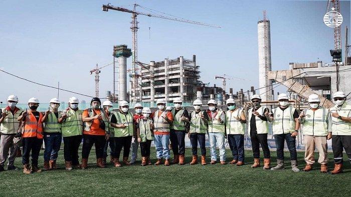 Gubernur DKI Jakarta, Anies Baswedan, bersama jajaran manajemen Persija dan pengurus pusat the Jakmania meninjau perkembangan proyek stadion Jakarta International Stadium (JIS) pada Sabtu pagi (14/11).
