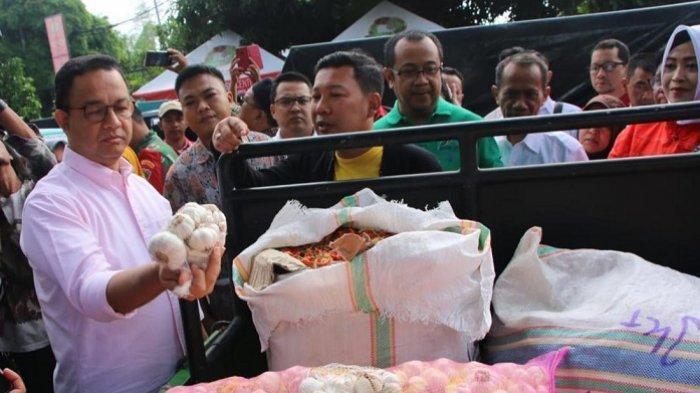 Gubernur DKI Jakarta Anies Baswedan saat menghadiri kegiatan operasi pasar murah untuk komoditas bawang putih dan cabai di Toko Tani Indonesia Center (TTIC), Pasar Minggu, Jakarta Selatan, Minggu (9/2/2020).
