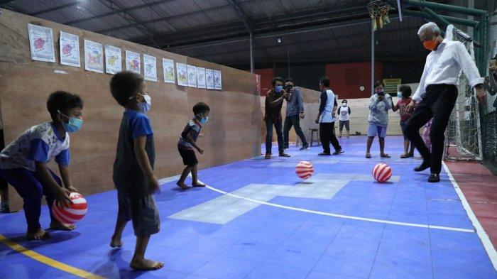 Kunjungi Pengungsi Merapi di Muntilan, Ganjar 'Tantang' Tiga Bocah Main Futsal