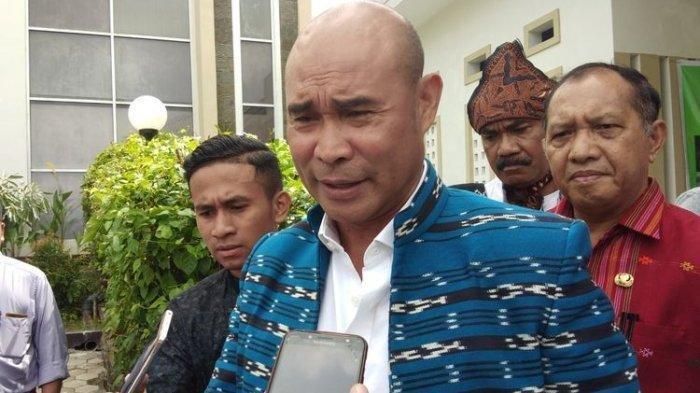 Gubernur NTT Viktor Bungtilu Laiskodat, saat diwawancarai wartawan di Hotel Sasando Kupang, Jumat (5/4/2019)