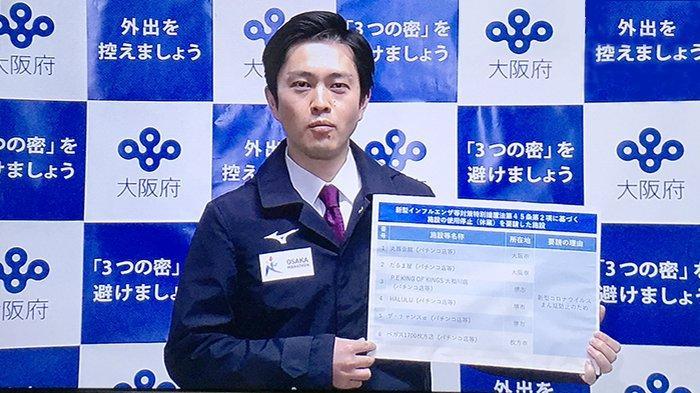 Gubernur Osaka, Hirofumi Nishimura (47) saat mengumumkan nama toko pachinko yang bandel, Jumat (24/4/2020).