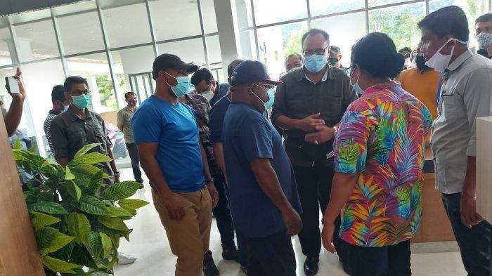 Gubernur Papua Lukas Enembe berkoordinasi dengan petugas Pos Lintas Batas Negara (PLBN) Skouw, Jumat (2/4/2021).