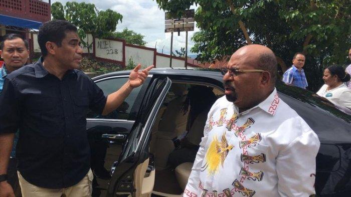Gubernur Papua Lukas Enembe ketika tiba di TPS 043, Kelurahan Argapura, Distrik Jayapura Selatan, Kota Jayapura, Rabu (17/04/2019). Di TPS tersebut Enembe mendapati logistik Pemilu belum tersedia sehingga ia belum dapat menyalurkan hak suaranya(KOMPAS.com/Dhias Suwandi)