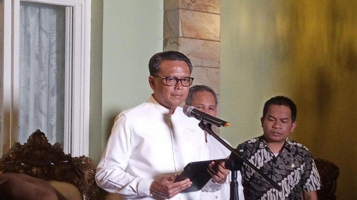 Gubernur Sulawesi Selatan (Sulsel), Nurdin Abdullah mengumumkan dua warga Sulsel positif virus corona (Covid-19). Hal tersebut disampaikan di Kompleks Perumahan Dosen (Perdos) Unhas Tamalanrea, Kamis (19/3/2020) malam. Terbaru, Nurdin menjelaskan mengapa angka positif di Sulsel bisa begitu tinggi.