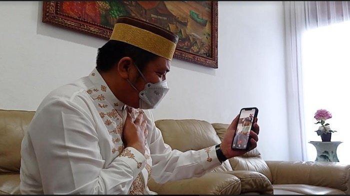 Gubernur Sumatera Selatan (Sumsel) Herman Deru melakukan video call