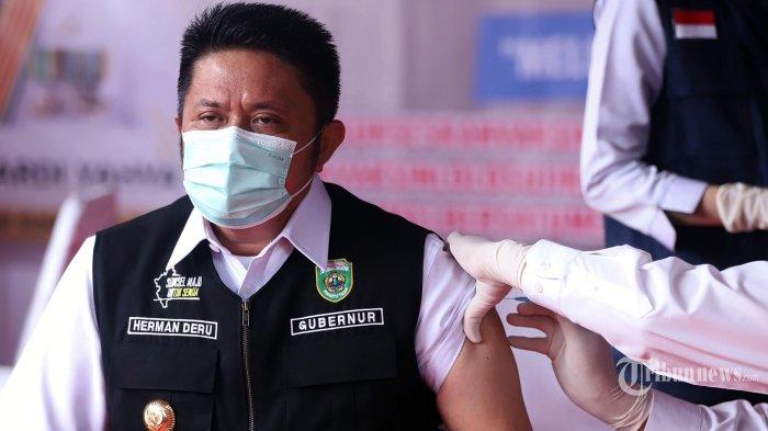 VAKSIN COVID 19 - Gubernur Sumsel Herman Deru saat menerima vaksin Covid-19 di Puskesmas Gandus Palembang, Kamis (14/1/2021). Gubernur Sumsel Herman Deru menjadi orang pertama mendapatkan vaksin di Sumatera Selatan. (TRIBUN SUMSEL/M.A.FAJRI)