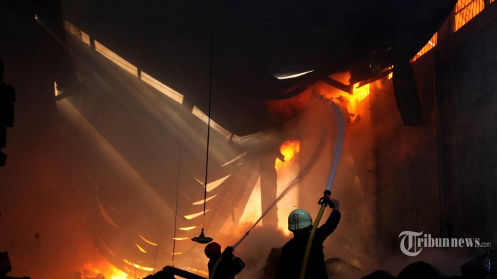 Api Berkobar Hanguskan Delapan Rumah di Asrama Polisi Ciracas
