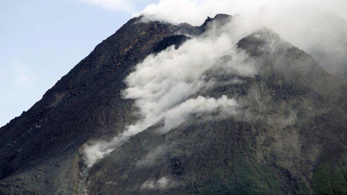 Batu-batu Jumbo dan Panas Berguguran dari Puncak Barat Daya Gunung Merapi