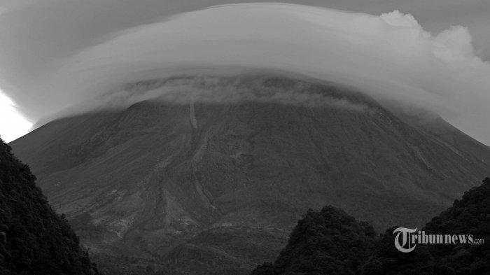 Rekaman foto kemunculan awan lentikuler di puncak Gunung Merapi, Kabupaten Sleman, Daerah Istimewa Yogyakarta, Selasa (9/2/2021) pagi. Aktivitas vulkanik gunung api ini masih tergolong tinggi, termasuk munculnya gempa vulkanik dangkal setelah menghilang sejak 27 Januari 2021. Tribun Jogja/Setya Krisna Sumarga