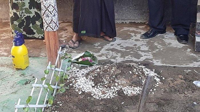 Di kontrakan Raja Keraton Agung Sejagat Totok Santoso ditemukan sebuah gundukan tanah. Gundukan tanah itu tepatnya berada di halaman kontrakan yang beralamat di Desa Sidoluhur, Godean, Sleman.