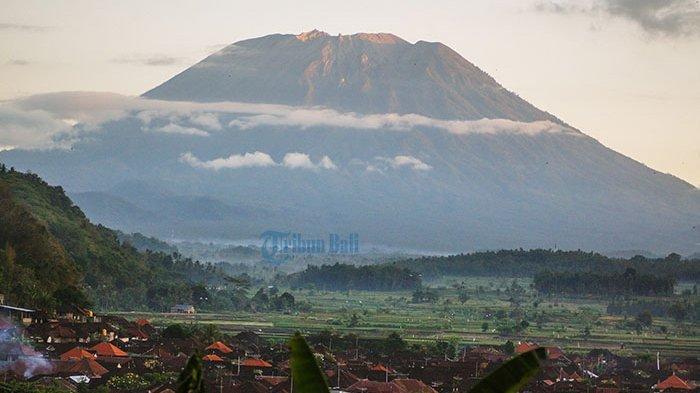 Hujan Abu Vulkanik Terjadi di Wilayah Karangasem Setelah Gunung Agung Erupsi Petang Tadi