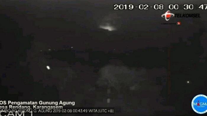 Sinar Api Terpantau saat Terjadi Letusan Gunung Agung Dini Hari Tadi
