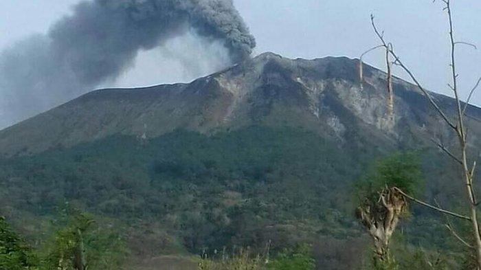 Abu Vulkanik Gunung Ile Lewotolok di Lembata Ancam Kesehatan Warga, Mereka Diimbau Pakai Masker