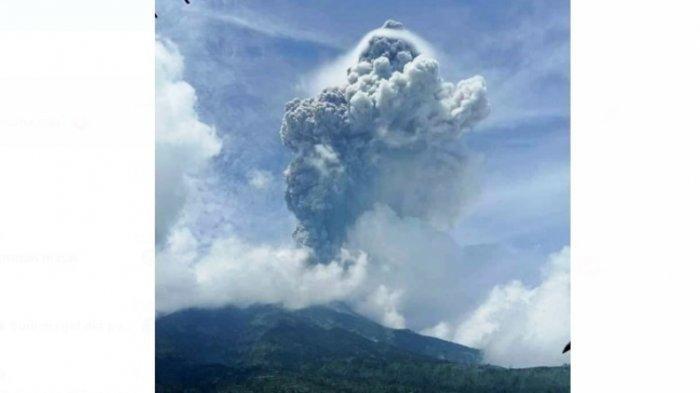 Gunung Merapi erupsi pada Jumat (27/3/2020) siang. Foto diambil dari Homestay Gardu Pandang, Selo, Boyolali, Jateng.