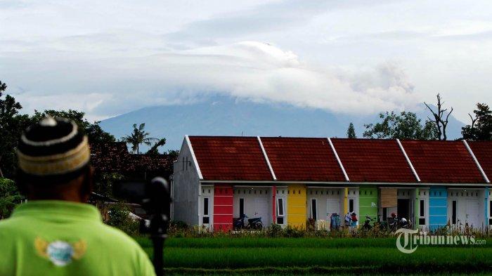 Rentetan guguran lava dan luncuran awan panas Merapi terjadi sepanjang Rabu (27/1/2021) sejak dini hari hingga sekitar pukul 08.30 saat foto-foto ini dibuat di kawasan Sleman, DIY. Arah angin dari barat menyebabkan abu dari awan panas tertiup ke timur. Sebaran abu dilaporkan sampai di Deles, Klaten, Jateng. Rekaman peristiwa erupsi Merapi diabadikan Rabu pagi dari  persawahan Dusun Trini, Trihanggo, Gamping, Sleman, berjarak sekitar 32 kilometer dari gunung berapi itu. TRIBUN JOGJA/SETYA KRISNA SUMARGA