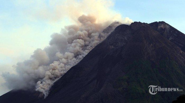 Dokumentasi Gunung Merapi memuntahkan material vulkanik disertai awan panas, Sabtu (27/3/2021) pagi WIB.