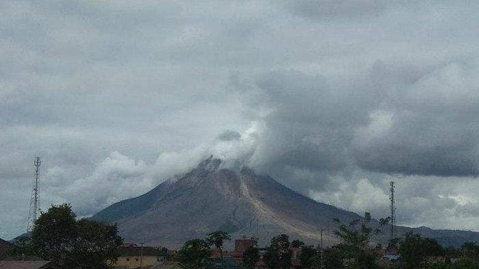 Gunung Sinabung masih beraktivitas tinggi, Sabtu (7/11/2020).