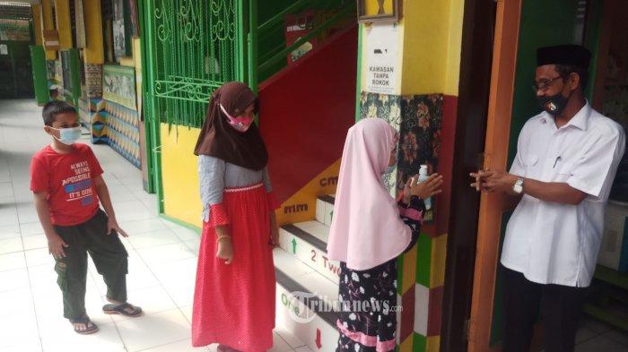 SIAP GELAR TATAP MUKA - Para guru di SD Negeri Tanah Tinggi 1, Kota Tangerang,  sedang mempersiapkan pemasangan perlengkapan protokol kesehatan, jelang dilaksanakannya pembelajaran tatap muka dan PPDB di sekolah, Rabu (2/6/2021). Dengan adanya perlengkapan prokes di tiap kelas ditambah dengan para guru yang sudah mendapatkan vaksinasi ini diharapkan para siswa nantinya bisa mengikuti proses belajar mengajar dengan rasa aman dan nyaman sehingga bisa memutus mata rantai penyebaran Covid-19 di lingkungan sekolah. WARTA KOTA/NUR ICHSAN
