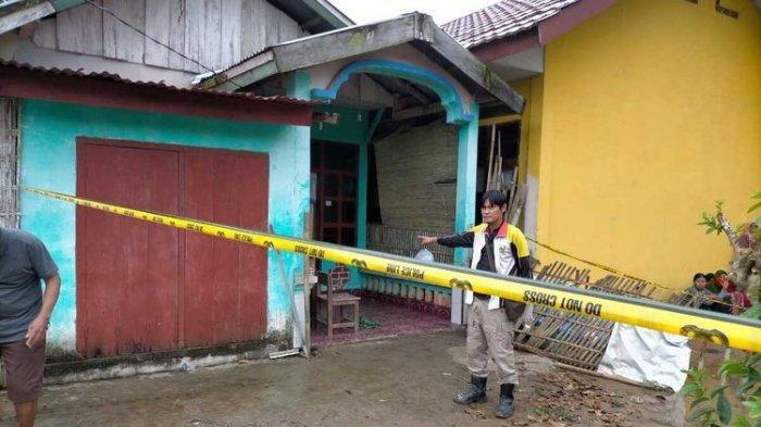 Petugas memasang police line di kediaman Efriza Yuniar (50) seorang guru yang ditemukan tewas di kediamannya di Jalur 5 Desa Marga Rahayu, Kecamatan Sumber Marga Telang, Kabupaten Banyuasin, Sumatera Selatan, Kamis (9/7/2020).