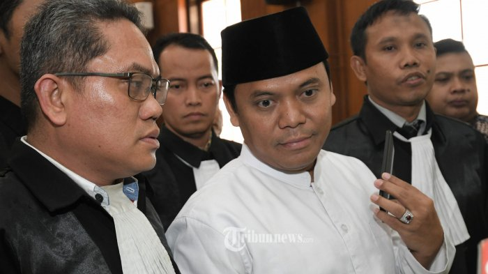 AJUKAN BANDING - Majelis hakim Pengadilan Negeri Surabaya yang diketuai oleh Slamet Riyadi menjatuhkan hukuman penjara selama 1 tahun 6 bulan terhadap Sugi Nur Raharja alias Gus Nur pada sidang putusan, Kamis (24/10). Gus Nur dianggap terbukti melanggar Pasal 27 ayat (3) UU Nomor 19 tahun 2016 tentang juncto pasal 45 ayat (3) tentang UU ITE. Menanggapi putusan itu terdakwa mengaku banding sedangkan Jaksa pikir-pikir. SURYA/AHMAD ZAIMUL HAQ