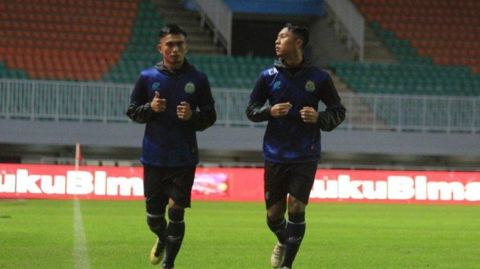 Gustur Cahyo Putro (kanan) dan Munadi (kiri) saat berlatih di Stadion Pakansari Cibinong, Kabupaten Bogor