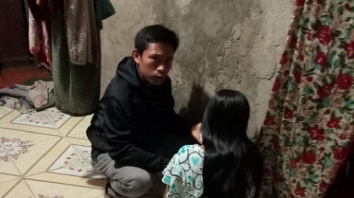 Fitria dan suaminya setelah bertemu di rumah temannya di Desa Anduhum