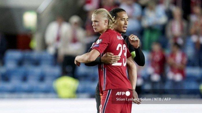 BERPELUKAN- Erling Braut Haaland (kiri) dari Norwegia dan Virgil van Dijk dari Belanda bereaksi setelah pertandingan sepak bola kualifikasi Piala Dunia antara Norwegia dan Belanda di Stadion Ullevaal di Oslo pada 1 September 2021.
