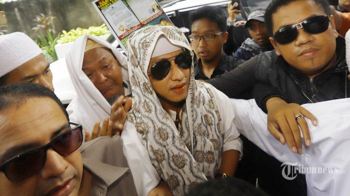 Habib Bahar bin Smith tiba di gedung Bareskrim Polri Jakarta untuk menjalani pemeriksaan, Kamis (6/12/2018). Habib Bahar bin Smith diperiksa sebagai saksi terlapor terkait kasus video ceramah yang diduga menghina Presiden Jokowi dan viral di media sosial. TRIBUNNEWS/HERUDIN