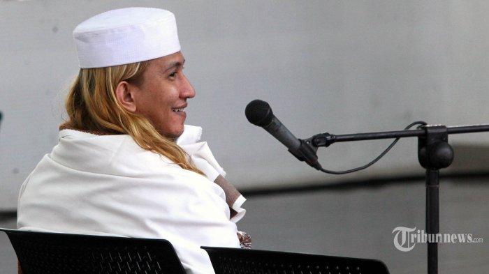 Terdakwa Habib Bahar bin Smith melepas senyum kepada kuasa hukunya di sela-sela majelis hakim membacakan vonis dalam sidang kasus penganiayaan yang diselenggarakan Pengadilan Negeri (PN) Bandung di Gedung Arsip dan Perpustakaan, Jalan Seram, Kota Bandung, Selasa (9/7/2019). Majelis hakim menjatuhkan vonis tiga tahun penjara dan denda Rp 50 juta subsider satu bulan kepada terdakwa Habib Bahar bin Smith karena terbukti bersalah menganiaya dua remaja, yaitu Cahya Abdul Jabar dan Muhammad Khoerul Aumam Al Mudzaqi alias Zaki. TRIBUN JABAR/GANI KURNIAWAN
