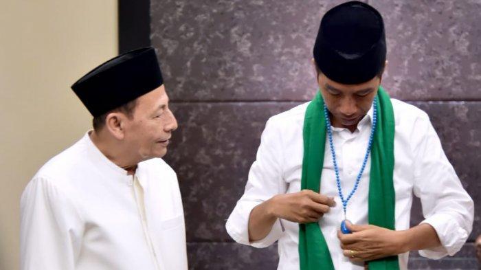Habib Luthfi memberikan tasbih kepada Jokowi agar capres petahana itu diharapkan semakin tekun beribadah.