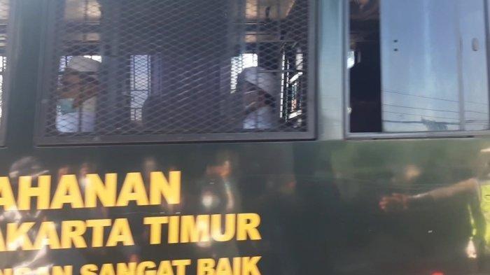 Ketika Rizieq Shihab Lambaikan Tangan dan Acungkan Jempol Dari Balik Teralis Jendela Bus Tahanan