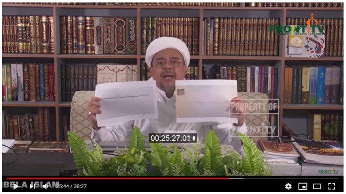 Habib Rizieq Syihab menunjukkan dua surat soal pencekalan dirinya, Jumat (8/11/2019)