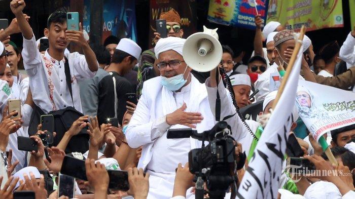 Pemimpin Front Pembela Islam (FPI) Habib Rizieq Syihab saat menyapa pendukung dan simpatisan saat tiba di sekitar markas FPI, Petamburan, Jakarta Pusat (10/11/2020) Saat tiba, Rizieq menyampaikan orasi di hadapan massa pendukungnya untuk melakukan revolusi akhlak. Tribunnews/Jeprima