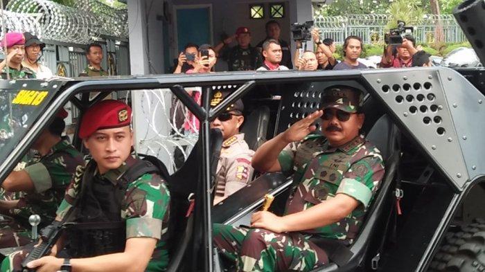 Panglima TNI Marsekal TNI Hadi Tjahjanto bersama Kapolri Jenderal Polisi Tito Karnavian beserta jajarannya usai meninjau pos pengamanan pelantikan Presiden RI dan Wakil Presiden RI pada Minggu (20/10/2019).