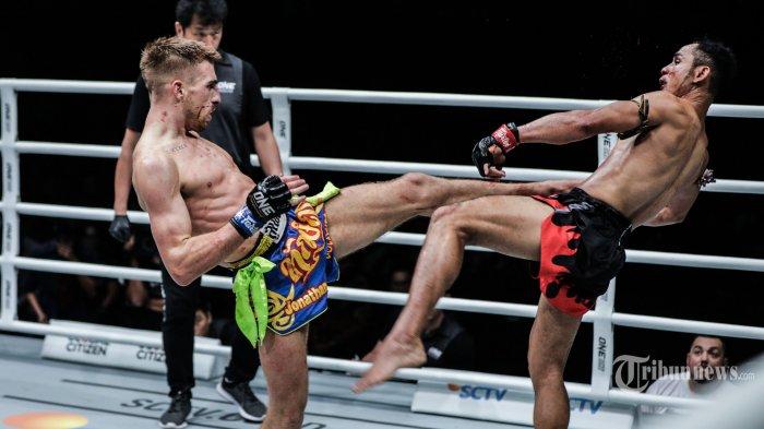 Petarung Inggris Jonathan Haggerty bertarung melawan petarung Thailand Sam-A Gaiyanghadao dalam ajang ONE Championship: ONE Honor, di Jakarta, Jumat (3/5/2019). Haggerty berhak mendapatkan sabuk juara ONE Flyweight Muay Thai World Champion usai menang angka mutlak atas Sam-A Gaiyanghadao. TRIBUNNEWS/HO