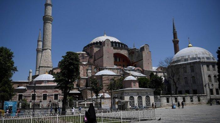 Dalam foto ini, foto yang diambil pada 2 Juli 2020 di Istanbul menunjukkan museum Hagia Sophia di Istanbul.