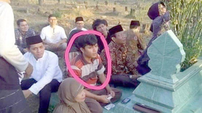 Meski beda pilihan politik tapi karena tawadhu' pada sang Om, Hairul Anas Suaidi (dilingkari merah) menemani jika Mahfud MD berziarah ke kuburan.